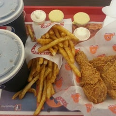 Photo taken at Popeyes Louisiana Kitchen by Eder O. on 5/30/2013