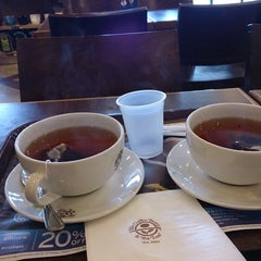 Photo taken at The Coffee Bean & Tea Leaf by Sham A. on 9/29/2013