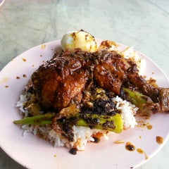 Photo taken at Restoran Nasi Kandar Ali by Cruz C. on 11/28/2013