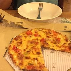 Photo taken at The Pizza Company (เดอะ พิซซ่า คอมปะนี) by Vegaz G. on 4/22/2016