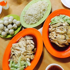 Photo taken at Famosa Chicken Rice Ball (古城鸡饭粒) by Joey C. on 7/5/2015