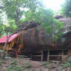 Photo taken at วัดถ้ำวัวแดง by Tanagrit S. on 7/13/2012