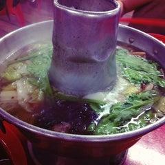 Photo taken at Nan Hwa Chong Fish-Head Steamboat Corner (南华昌亚秋鱼头炉) by Edna C. on 11/1/2012
