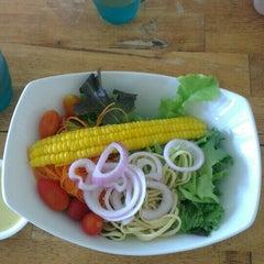 Photo taken at Fresh Boxx Salad Café (เฟรชบ็อกซ์ สลัดคาเฟ่) by Mookiie T. on 8/25/2015
