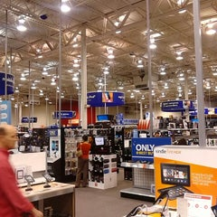 Photo taken at Best Buy by Francisco D. on 12/20/2013