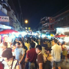 Photo taken at ถนนคนเดินวัวลาย (Wualai Saturday Nightmarket) by Ruampol P. on 1/5/2013
