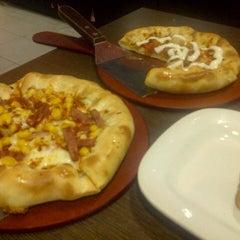 Photo taken at Pizza Hut by Heydi P. on 10/7/2012