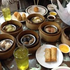 Photo taken at ท่องกี่ ภัตตาคาร (Thong Kee Restaurant) by Nattapat B. on 8/8/2015