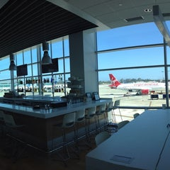 Photo taken at American Airlines Admirals Club by Leif E. P. on 8/18/2014