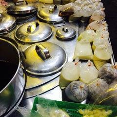 Photo taken at ร้านน้ำเต้าหู้เซ็กเกี๋ยกั้ง (ไซ้จันทร์) by Pahn💛 . on 8/11/2014