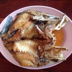 Photo taken at เจ๊อึ่งซีฟู๊ด (ป่าคั่น) Jae Aung Seafood by Sirin R. on 5/31/2015