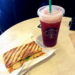 Photo taken at Starbucks by Oscar M. on 8/20/2014