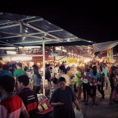Photo taken at ตลาดนัดเจ้าฟ้าวาไรตี้ (Chaofa Variety Weekend Markets) by Nanattz J. on 6/30/2013