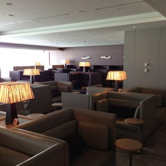 Photo taken at 国際線 JAL サクララウンジ (JAL Sakura Lounge - International Terminal) by Ryo N. on 1/26/2013