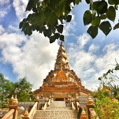 Photo taken at วัดพระธาตุผาซ่อนแก้ว (Wat Phra That Pha Son Kaew) by JeEd z Z Q. on 10/22/2012