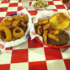 Photo taken at Fuddruckers by Wilson P. on 2/7/2015