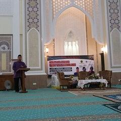 Photo taken at Masjid Al-Hidayah by maimunah j. on 3/20/2015