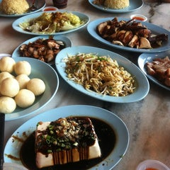 Photo taken at Famosa Chicken Rice Ball (古城鸡饭粒) by Cyril Y. on 11/13/2012