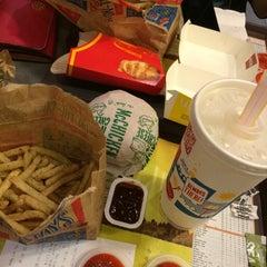 Photo taken at McDonald's by 🎀ᗰᑌᑎᗩᗯᗩᖇᗩ🎀 on 10/20/2015