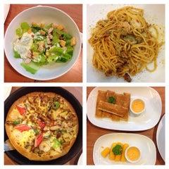 Photo taken at Pizza Hut (พิซซ่า ฮัท) by Nickki M. on 8/11/2014
