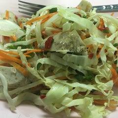 Photo taken at แดง ก๋วยจั๊บญวน (ร้านใหม่) Khun Daeng - Vietnamese Noodle by nudee w. on 9/23/2015