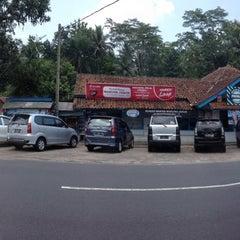 Photo taken at Rumah Makan Warung Jeruk by @tengkurizki on 2/28/2014