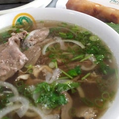 Photo taken at Pho Hoa by Meee M. on 7/24/2014