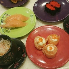 Photo taken at Sakae Sushi by Jasmine T. on 10/9/2015