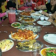 Photo taken at Pantai Jeram Restoran Ikan Bakar & Katering by Mr Attekman M. on 4/4/2014