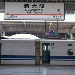 Photo taken at JR新大阪駅 21-22番ホーム by Toshi Y. on 4/23/2013