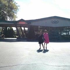 Photo taken at Art Devlin's Olympic Motor Inn by Jay S. on 8/10/2013