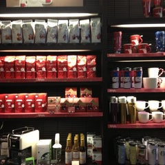 Photo taken at Starbucks Coffee 東京ミッドタウン コンプレックス スタジオ店 by Lily v. on 12/3/2012