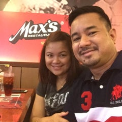 Photo taken at Max's Restaurant by She N. on 9/27/2015