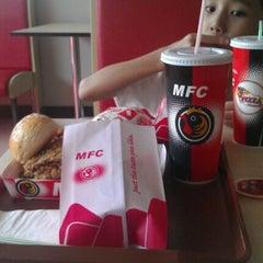 Photo taken at Muzdalfa Fried Chicken by Misz Xenia 露. on 9/8/2011