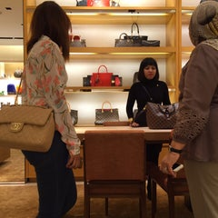 Photo taken at Louis Vuitton by Ell d. on 8/10/2015