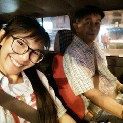 Photo taken at แยกสามเหลี่ยมดินแดง (Sam Liam Din Daeng Junction) by Itsmeging V. on 3/8/2016