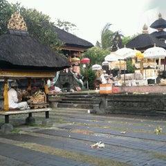 Photo taken at Pura Luhur Candi Narmada Tanah Kilap by Gustiyana on 1/11/2013