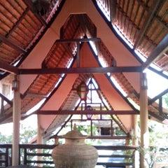 Photo taken at Ruean Thai Hotel Sukhothai by Domeesit A. on 11/17/2013
