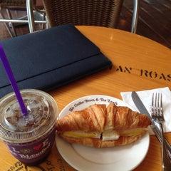 Photo taken at The Coffee Bean & Tea Leaf by 은지 김. on 7/23/2015