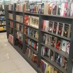 Photo taken at POPULAR Bookstore by Prinzessin F. on 7/9/2015