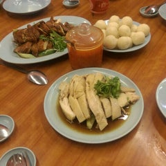 Photo taken at Famosa Chicken Rice Ball (古城鸡饭粒) by Chin P. on 8/14/2015