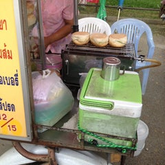 Photo taken at ศูนย์อาหารมานา (MN) Manna Food Center by Jpan C. on 8/25/2015