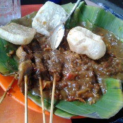 Photo taken at Sate Padang Triadi by Rhany D. on 1/27/2013