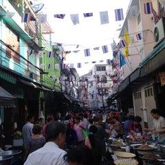 Photo taken at ตลาดตรอกหม้อ (Trok Mo Market) by • K h ü и • ® on 6/16/2013