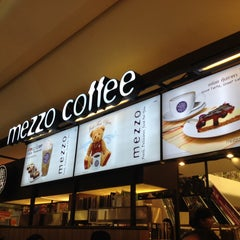 Photo taken at Mezzo (เมซโซ่) by Eduardo V. on 3/11/2015