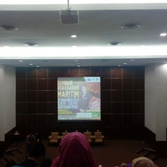 Photo taken at Auditorium Perpustakaan Sultanah Nur Zahirah, UMT by Nadia E. on 11/22/2015