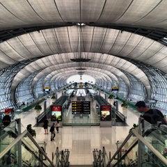 Photo taken at Suvarnabhumi Airport (BKK) ท่าอากาศยานสุวรรณภูมิ by Xander L. on 11/4/2013