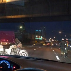 Photo taken at ทางออกเพลินจิตฝั่งเหนือ ต.1-01 (North Ploenchit Exit) by Kobe L. on 12/13/2012