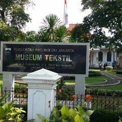 Photo taken at Museum Tekstil by Azhar A. on 4/22/2015
