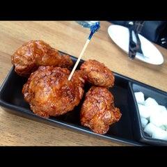 Photo taken at BonChon Chicken (บอนชอน ชิคเก้น) 본촌치킨 by PLz H. on 11/9/2012